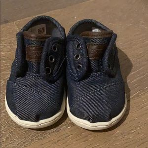 Baby TOMS size 4